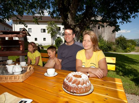 Urlaub in Neustift - Peinbauerhof -  Jausnen im Obstgarten