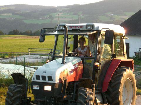 Urlaub in Neustift - Familie Matheis Weiss - Traktor fahren